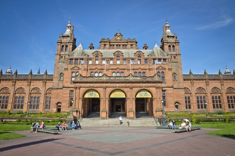 People outside Kelvingrove Art Gallery and Museum