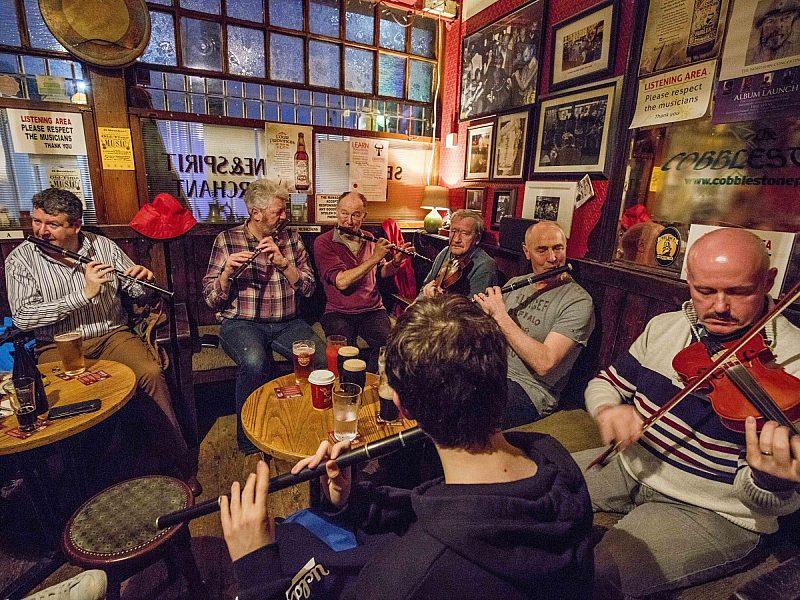 Irish music in pub